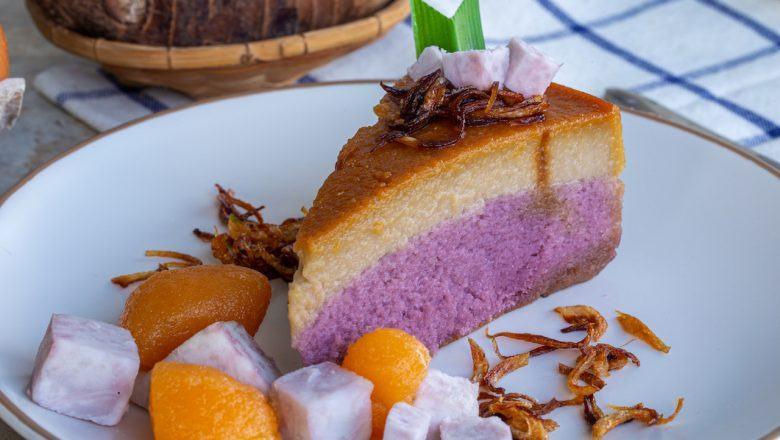 Sepotong kue ubi ungu di piring saji putih