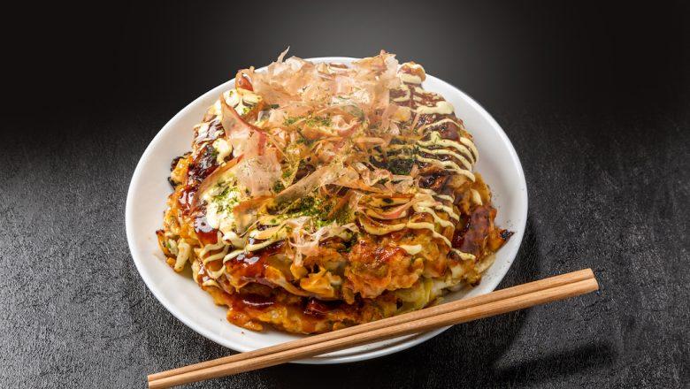 Sepiring okonomiyaki untuk disantap.