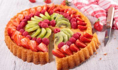 Hasil dari resep pie buah yang dipotong dengan pisau.