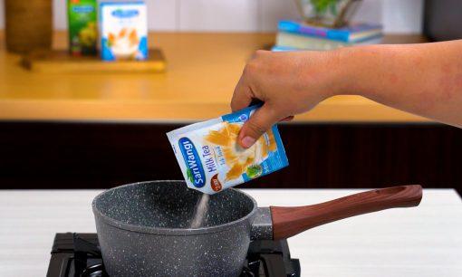 Menyeduh teh susu dengan bubuk cincau.
