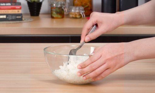 Mengaduk rata nasi dan bumbu untuk kimbab.