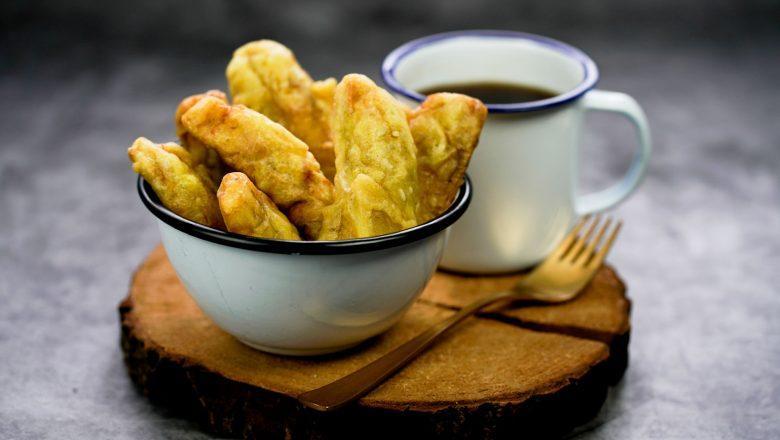 Pisang goreng kinca disajikan bersama kopi.