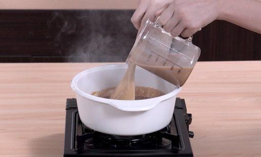 Menuangkan teh karamel ke dalam panci.