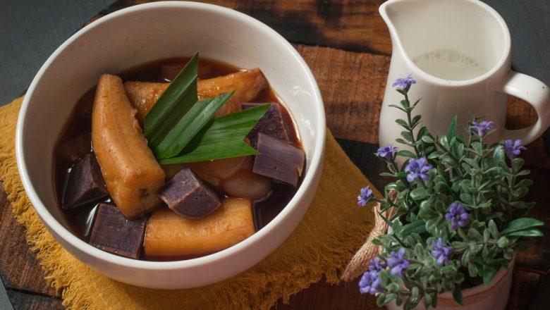 Hasil membuat resep kolak pisang ubi ungu disajikan.