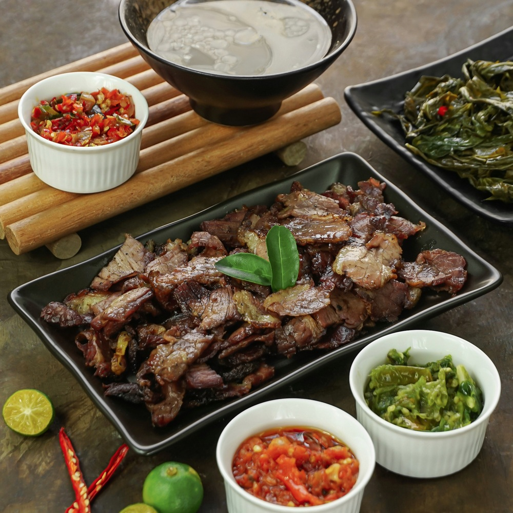 Sei sapi disajikan bersama sambal dan kuah.