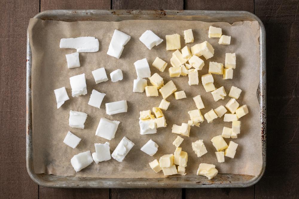 Balok shortening dan mentega diletakkan di atas loyang.