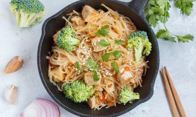 Hasil dari resep misoa goreng jamur di pinggan hitam.