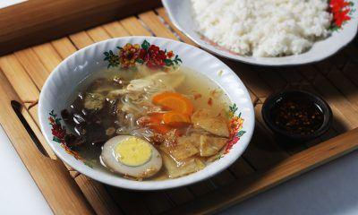 Semangkuk timlo Solo dengan seporsi nasi.