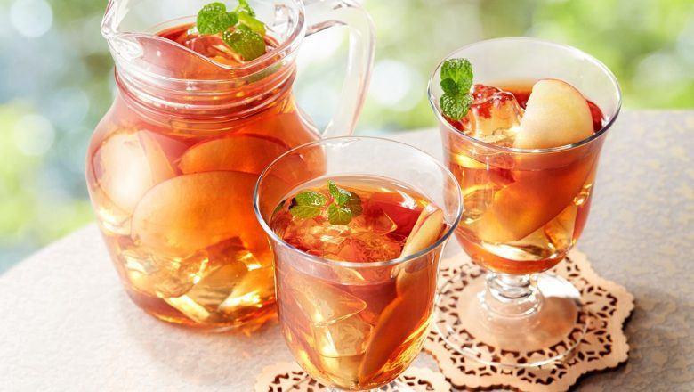 Tiga gelas Es Cincau Apel disajikan.