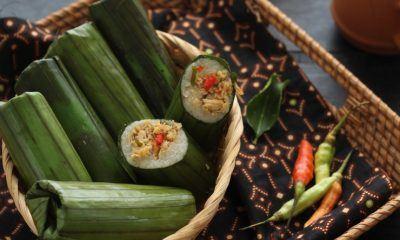 Hasil masak resep lemper ayam rica-rica dengan cabai rawit dalam keranjang bambu coklat muda.