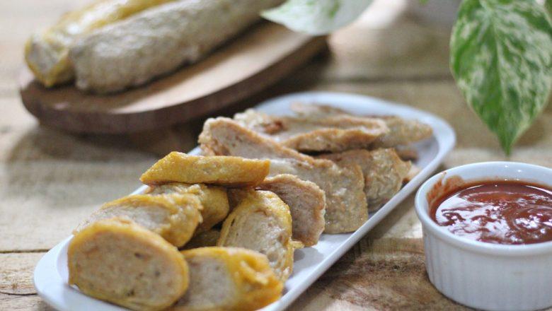 Potongan kekian ayam udang di piring putih dan saus sambal di mangkuk putih.