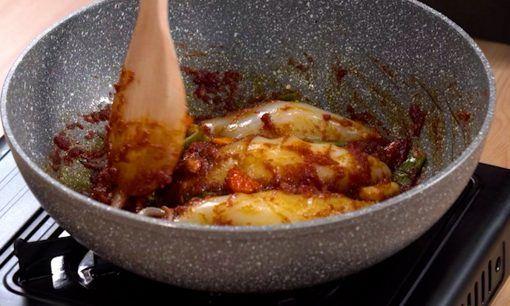 Cumi yang telah dibersihkan untuk dimasak sambal cumi.