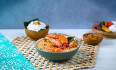 Gulai belacan udang khas Riau disajikan bersama nasi putih.