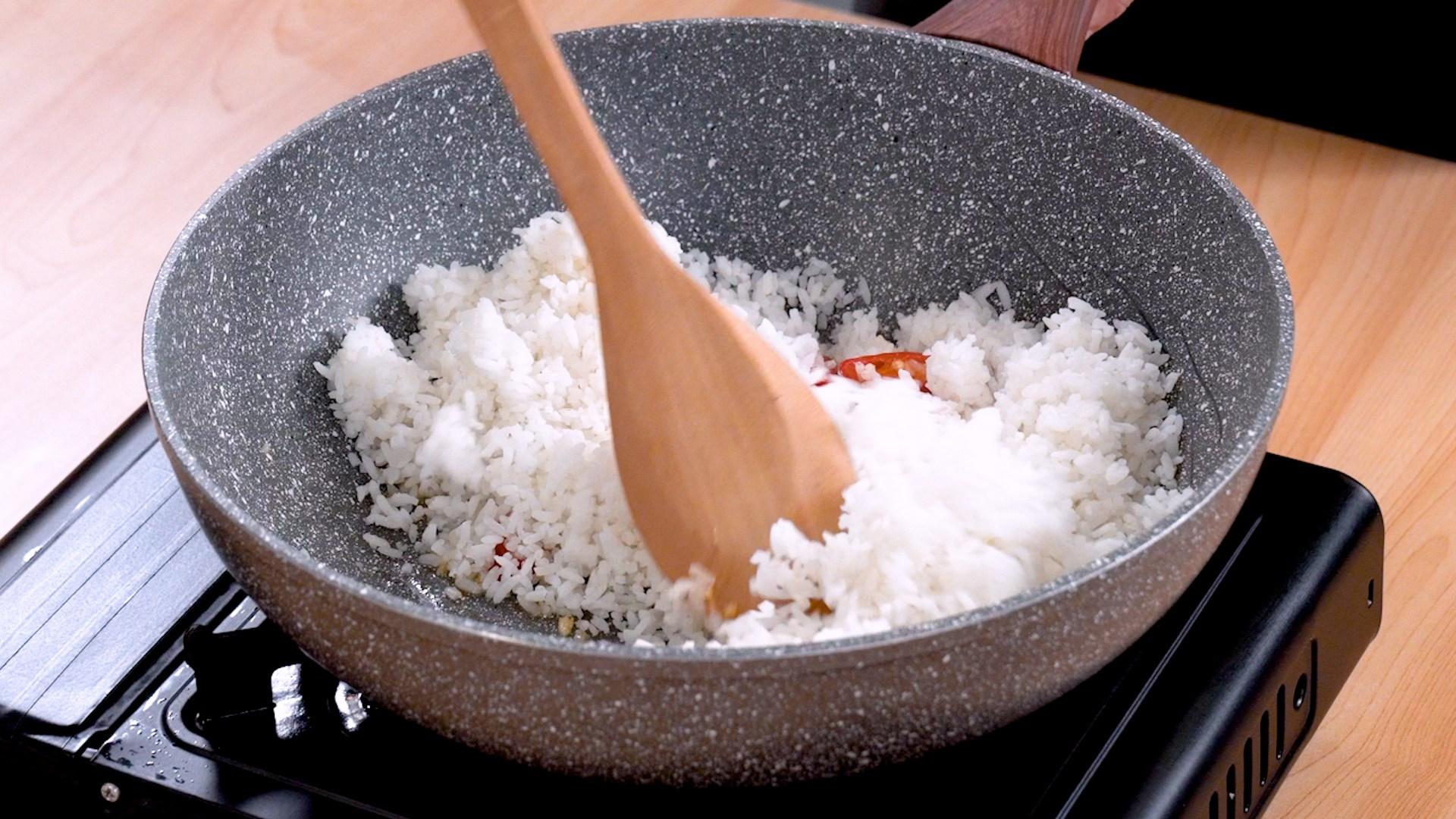 Membuat nasi goreng.
