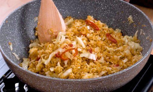Membumbui nasi goreng sate.