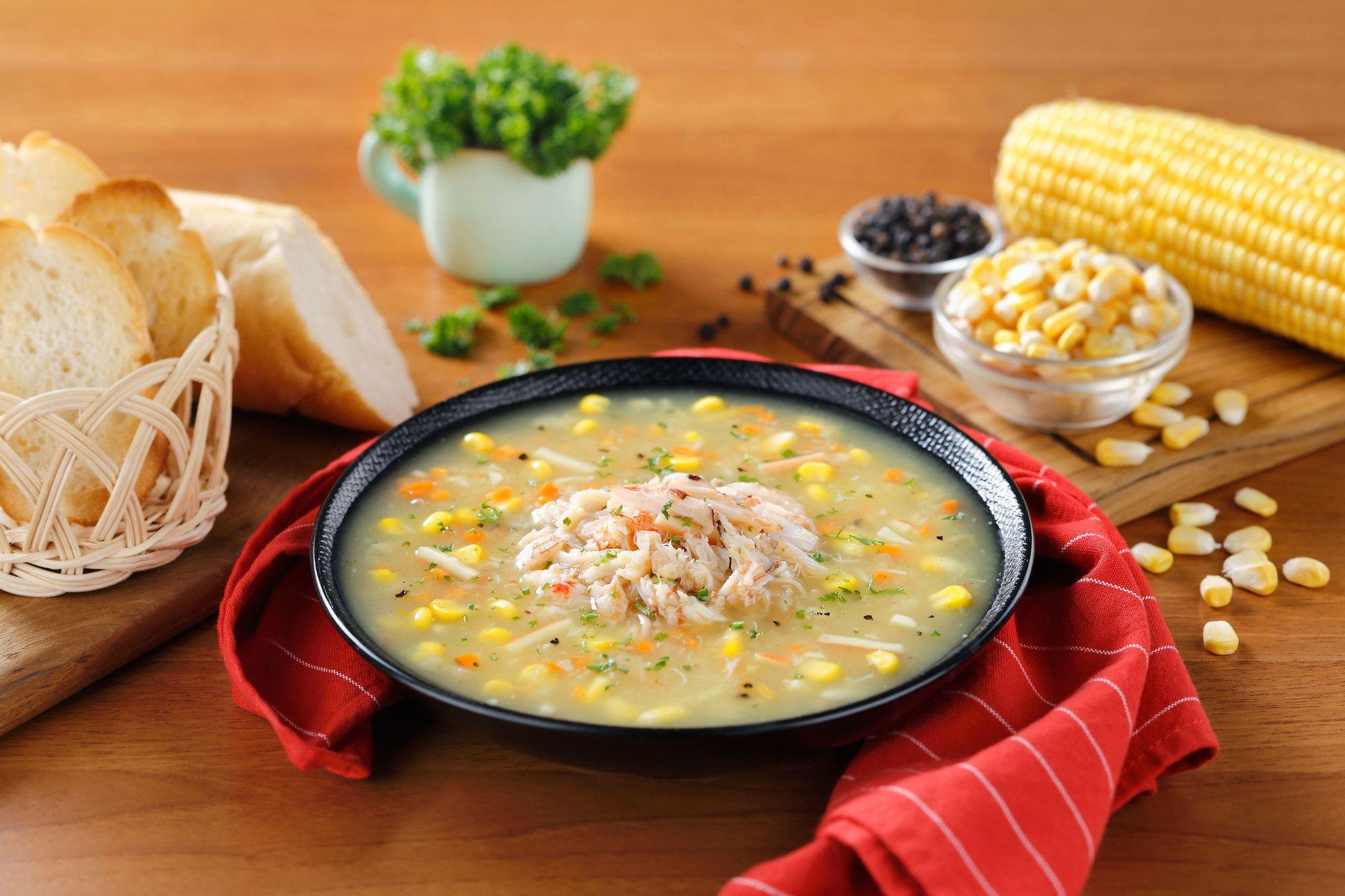Semangkuk sup kepiting disajikan di atas meja.