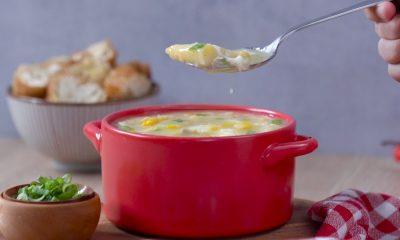 Semangkuk sup asparagus jagung tengah dinikmati.