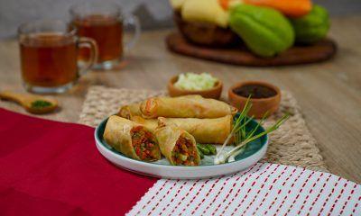 Lumpia Semarang dengan saus dan lokio, makanan khas Semarang.
