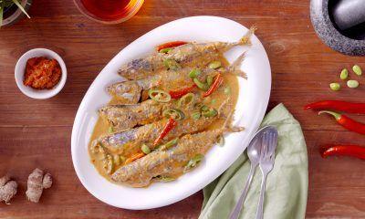 Hasil masak resep mangut ikan disajikan di atas piring.