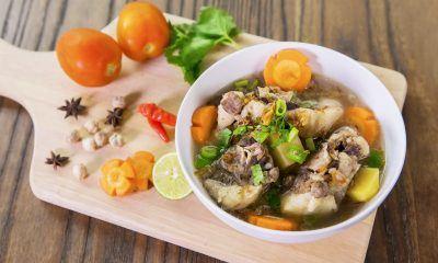 Sajikan resep Sop Buntut Asam Pedas dengan emping dan Bango Kecap Manis.