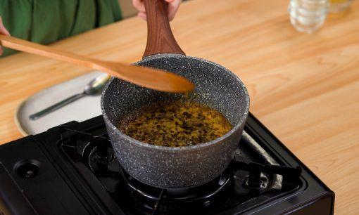 Membuat saus cocolan cireng.