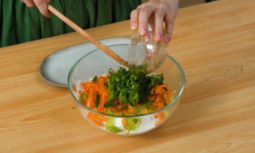 Menambahkan wortel dalam adonan cireng.