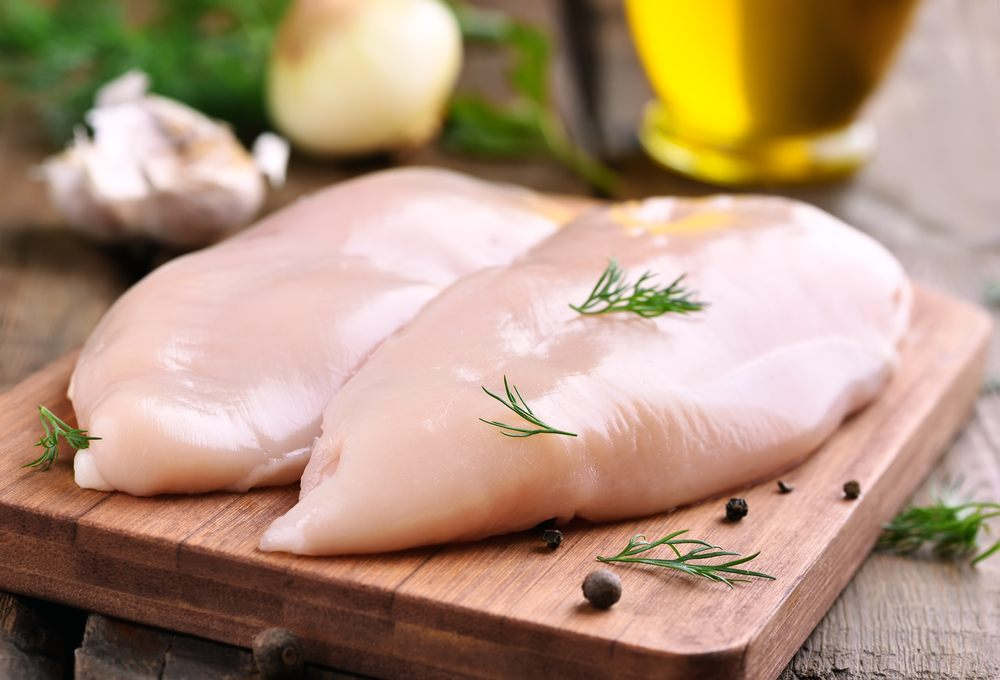 Dua potong dada ayam tanpa lemak tengah diolah.