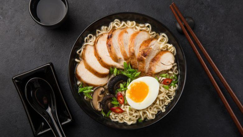 Semangkuk ramen Jepang ayam dengan topping telur dan jamur.