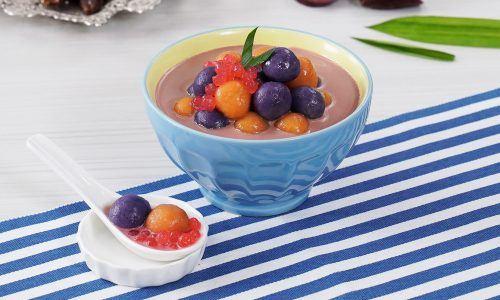 Hasil membuat resep biji salak disajikan dalam mangkuk biru untuk buka puasa hari ini.