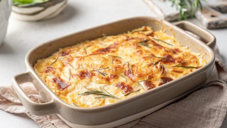 Hasil masak resep pastel tutup disajikan dalam casserole.
