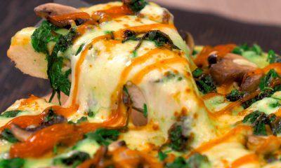 Hasil masak resep pizza bayam keju tengah dinikmati dan keju mozzarellanya meleleh.