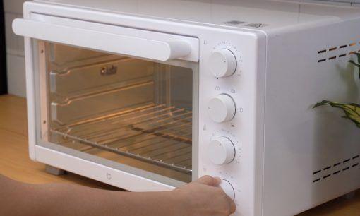 Bersiap memanggang pizza di dalam oven.