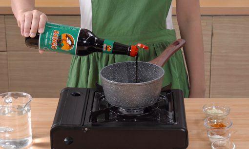 Membuat saus kecap untuk tahu telur goreng.