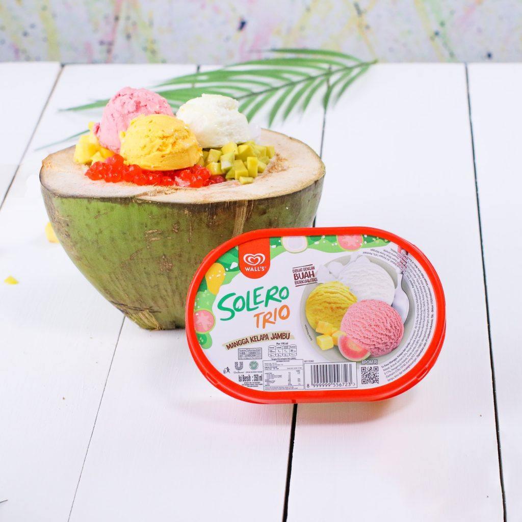 Es teler disajikan dalam batok kelapa untuk buka puasa hari ini.