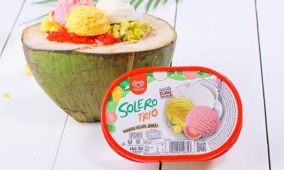 Es teler disajikan dalam batok kelapa.