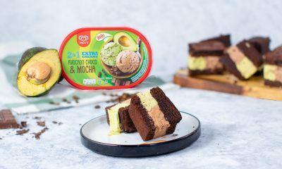 Avocado mocha brownies ice cream sandwich disajikan dalam piring.