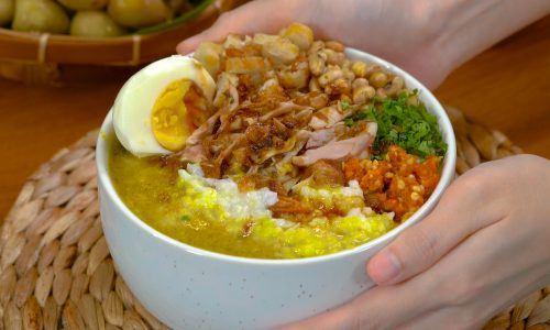 Bubur ayam Cianjur tengah disajikan.
