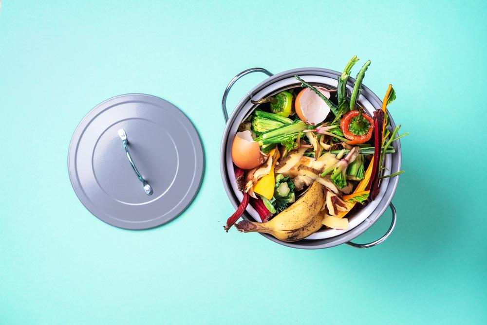 Sisa makanan dalam tong sampah.