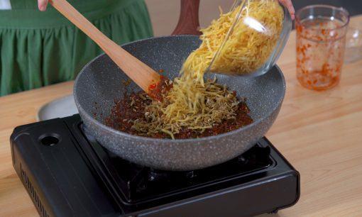 Mencampurkan kentang mustofa dengan kecap.