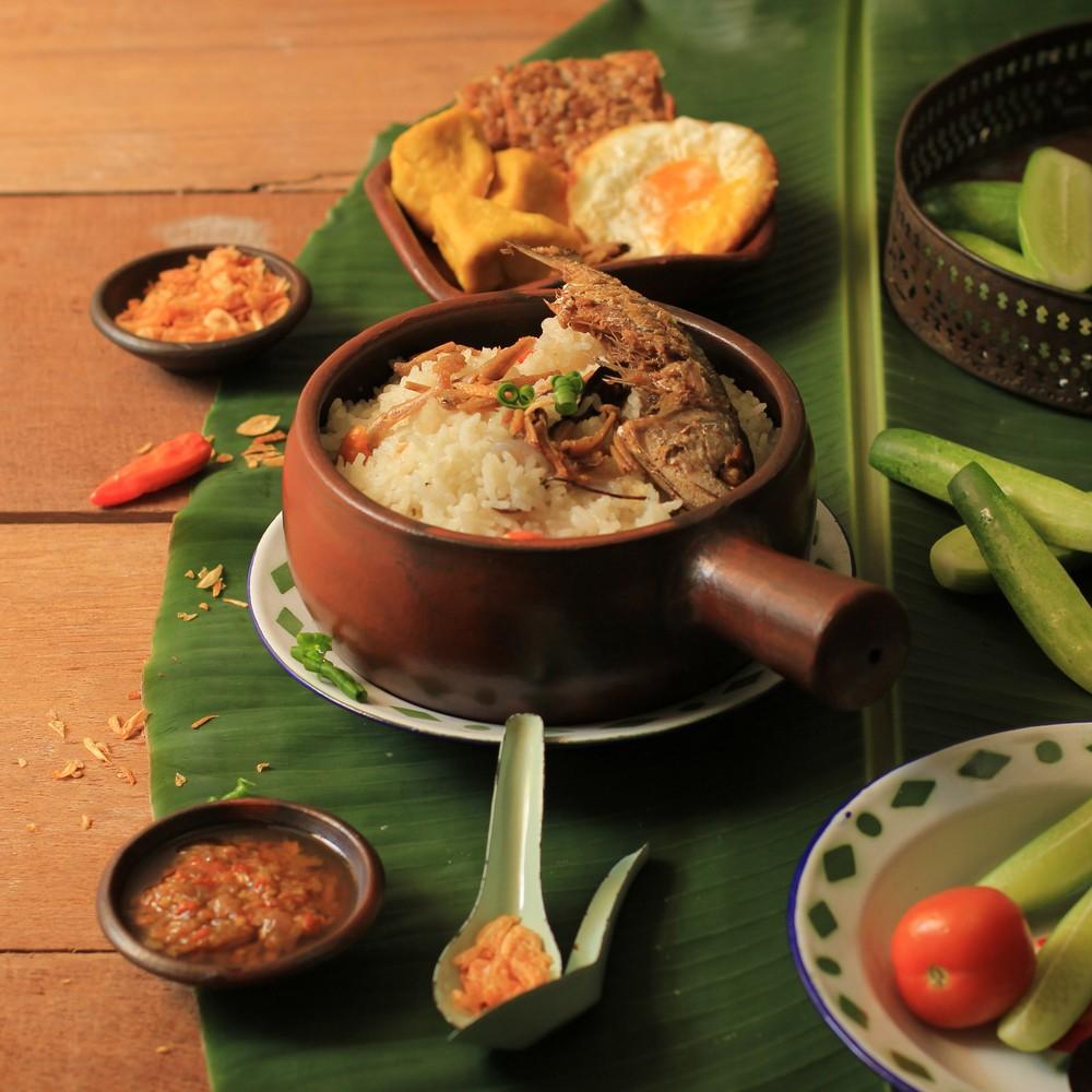 Nasi liwet, makanan khas Sunda, disajikan di atas meja.