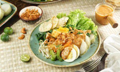 makanan khas surabaya berupa gado gado disajikan