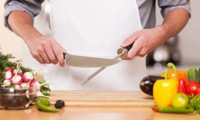 orang memegang pengasah pisau