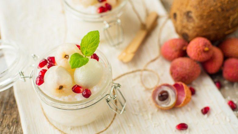 es leci yoghurt disajikan bersama buah-buahan.