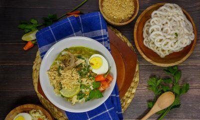 soto surabaya kuah koya disajikan bersama bahan-bahannya.
