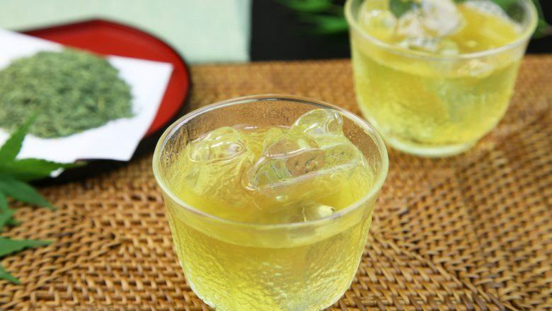 Dua gelas teh hijau lychee tea.