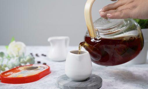 teh hangat dituang dalam gelas