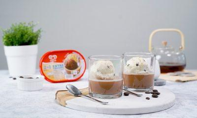 Tea affogato disajikan bersama es krim.