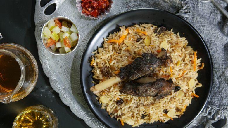 Resep Idul Adha berupa Nasi Kebuli Kambing khas Betawi disajikan dalam porsi keluarga.