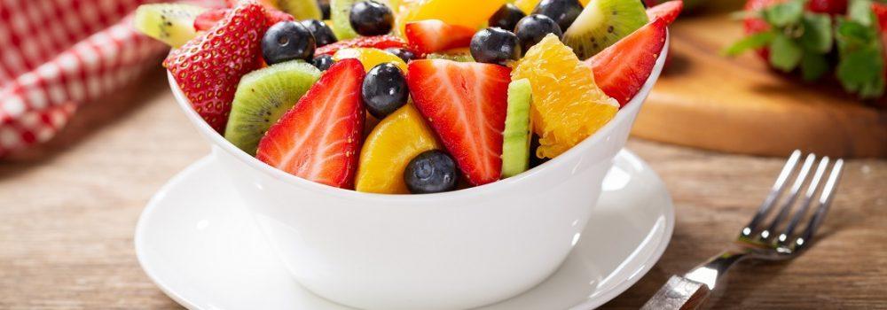 Resep sup buah telah siap disajikan dalam mangkuk putih.