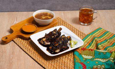 Hasil masak resep iga bakar disajikan di atas meja makan.